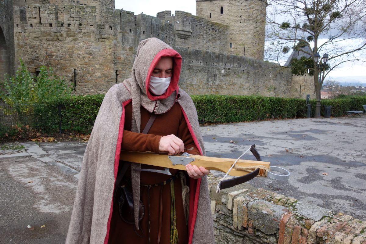 arbalète et visite costumée à Carcassonne