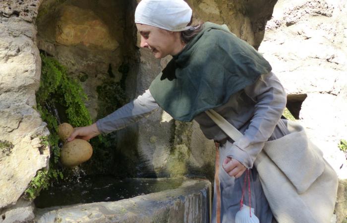 visite guidée par une pèlerine sur le chemin de compostelle à Saint Guilhem le désert