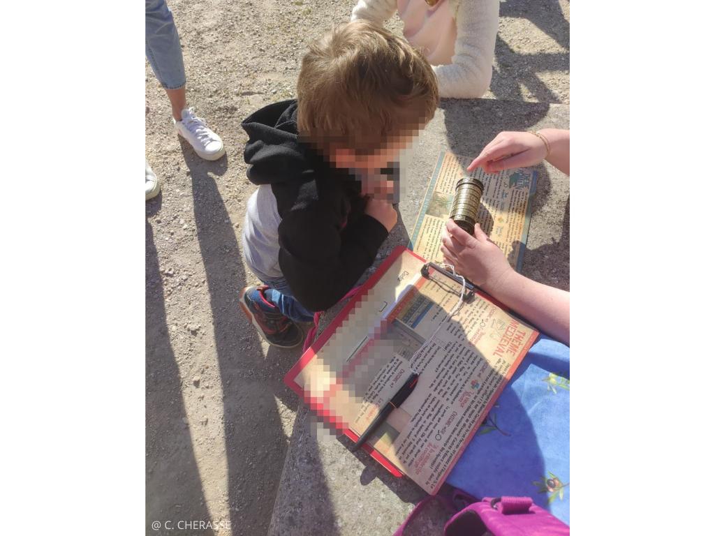 participant résoud énigmes jeu de piste origine de Nîmes