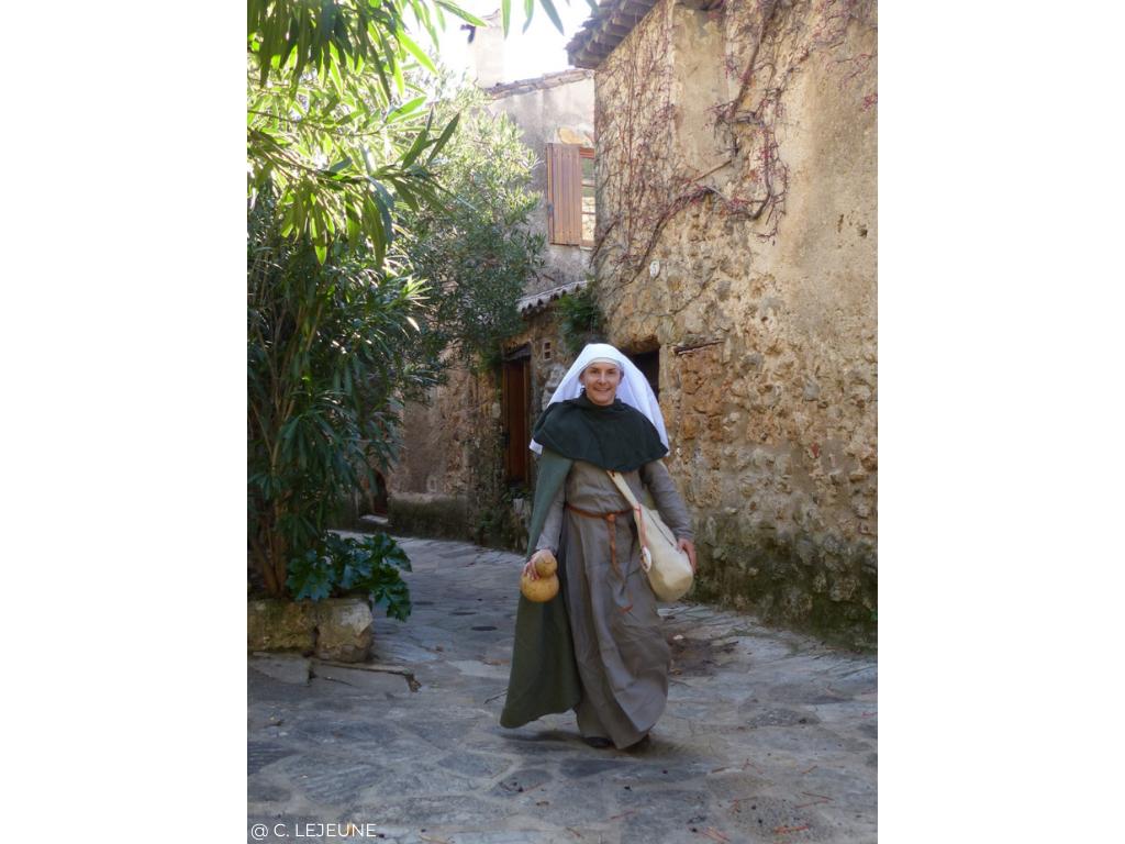 visite costumée dans les rues de saint guilhem le desert