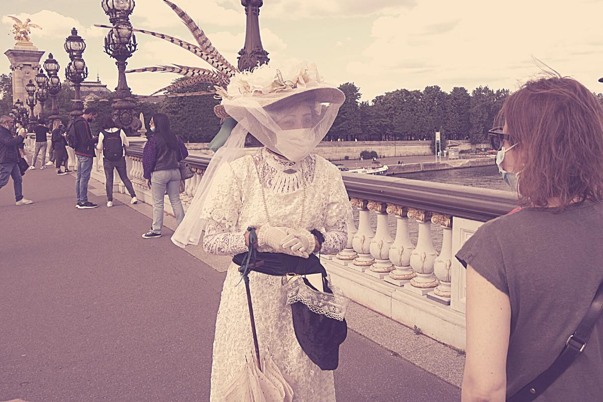 visiter paris guidés par une touriste espagnole au pont Alexandre III