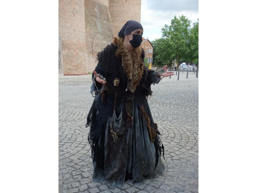 Jeannette soigneuse du Moyen Âge devant la cathédrale d'Albi