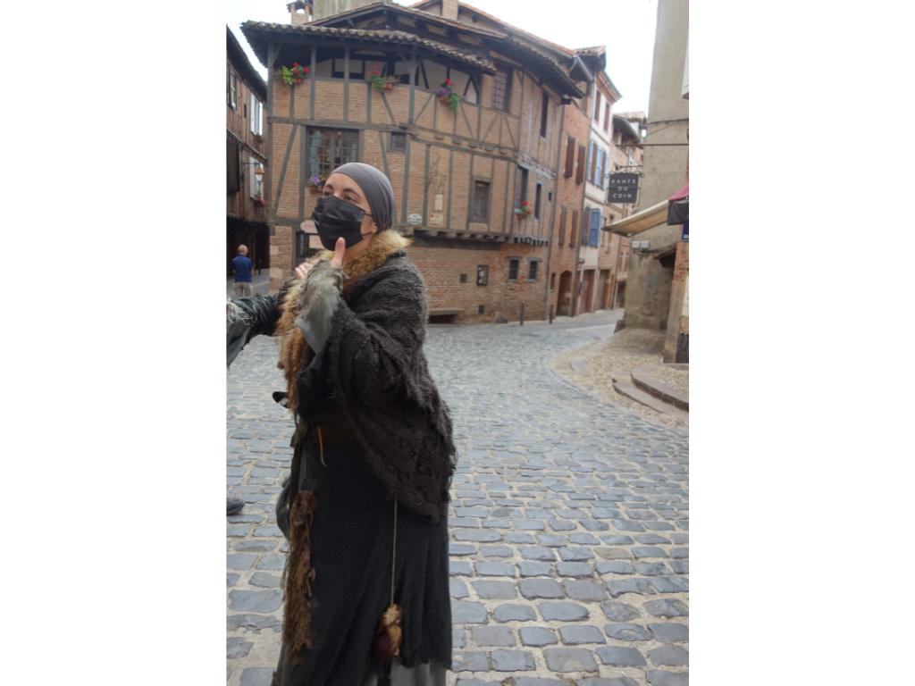Jeannette soigneuse du Moyen Âge devant ruelle maison vieil Alby