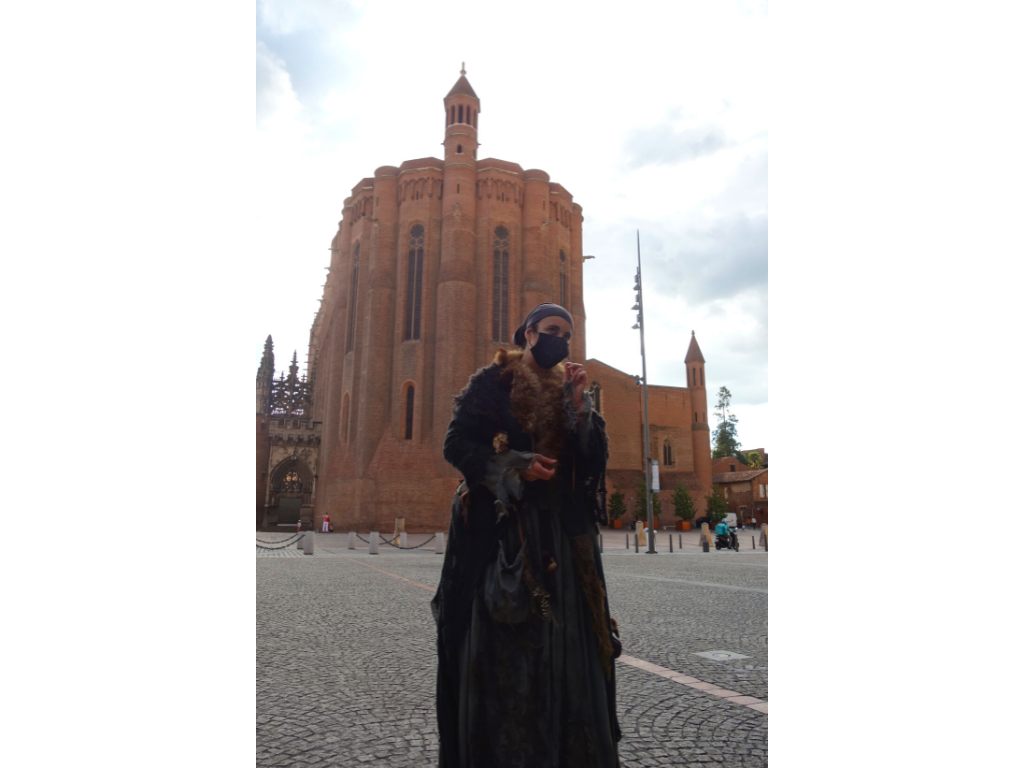 Jeannette soigneuse visite contée albi devant la cathédrale