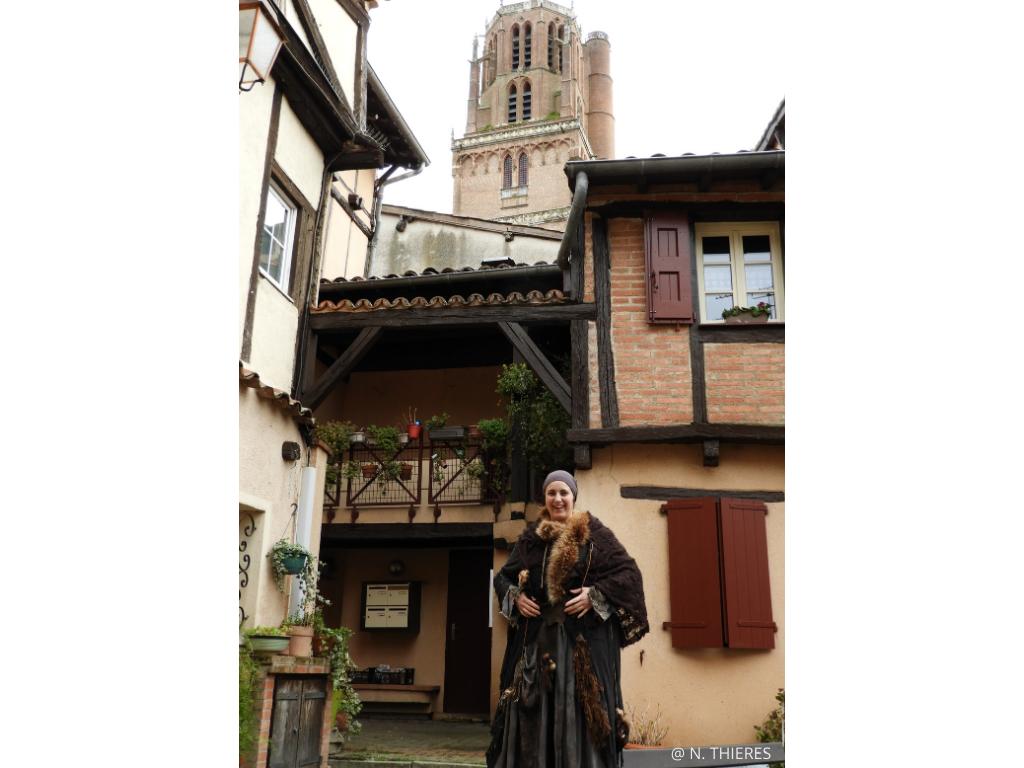 visite théâtralisée insolite à Albi guidée par Jeannette