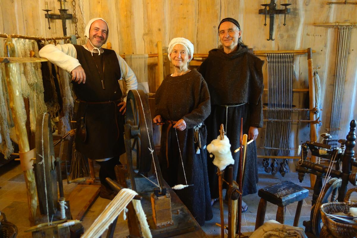 Guilhem et ses amis tisserands à l'atelier de Montségur
